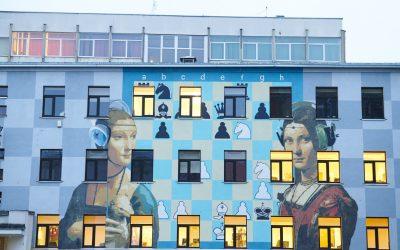 Una facciata dipinta con street art a Kaunas