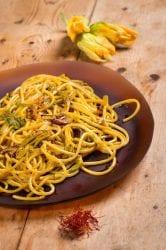 Spaghetti zafferano e fiori di zucca