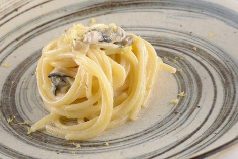 """Spaghettone """"Felicetti"""", burro affumicato alla quercia, ostriche del Po', bergamotto e distillato d'uva Prime Uve Nere"""