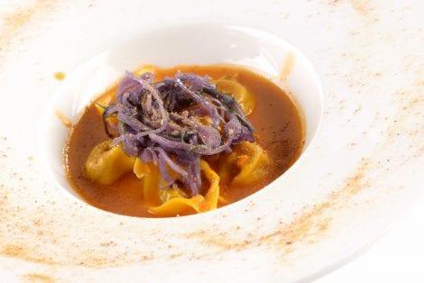 Tortelli allo stoccafisso, brodetto e trippa di baccalà al distillato d'uva Prime Uve Bianche, alga wakame e cappuccio viola