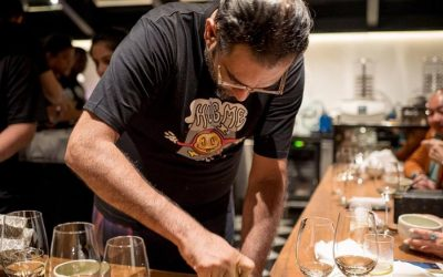 Gaggan Anand in cucina, mentre pesta le spezie al mortaio