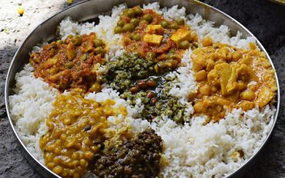 Un piatto di riso con verdure al curry in India
