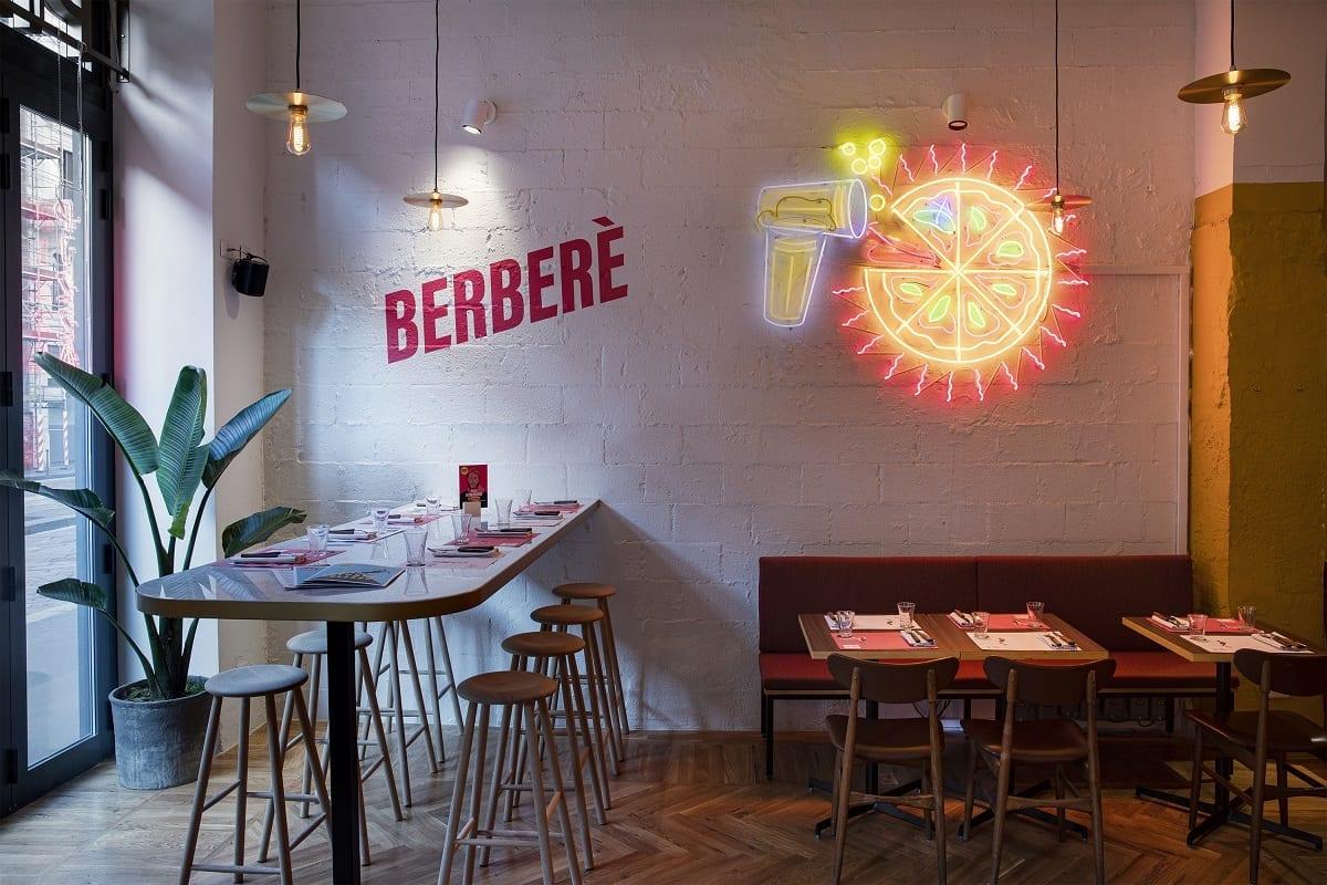 Dettaglio della sala di Berberè a Milano, con luci al neon
