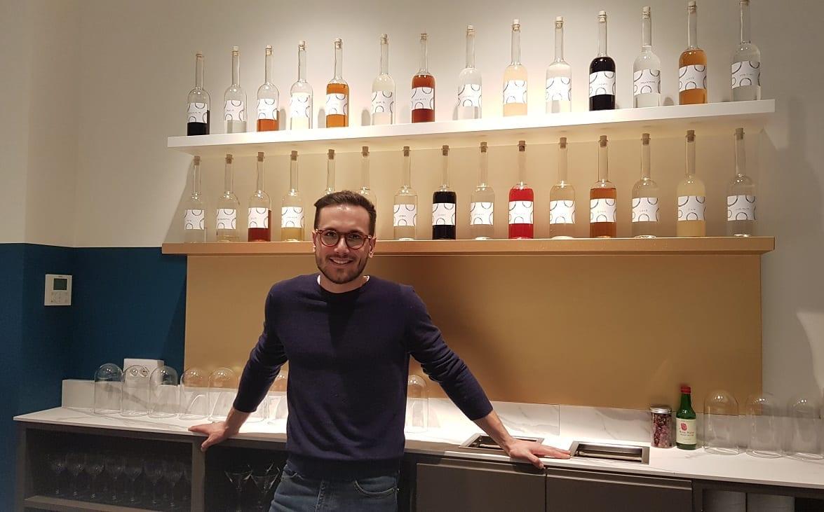 Federico dietro al bancone del bar
