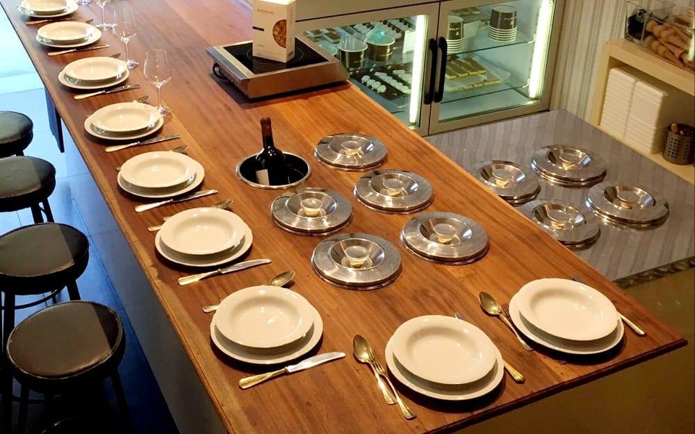 Carapine e piatti per mangiare gelato al tavolo
