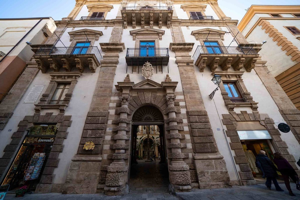 La facciata di Palazzo Castrone a Palermo