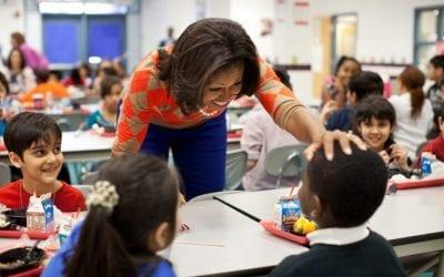 Michelle Obama in classe per la merenda dei bambini