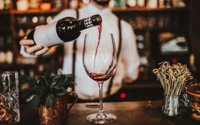 Cameriere che serve calice di vino