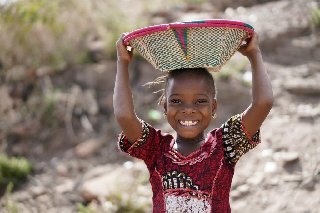 Bambina etiope con cesto