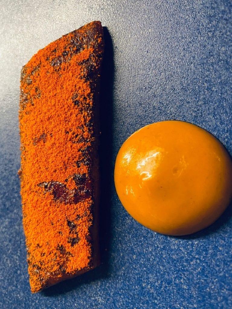 aringa marinata, glassata con aceto balsamico e soia, polvere di peperone crusco terra copenaghen