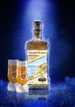 Una bottiglia di Amaro del Capo con due bicchierini
