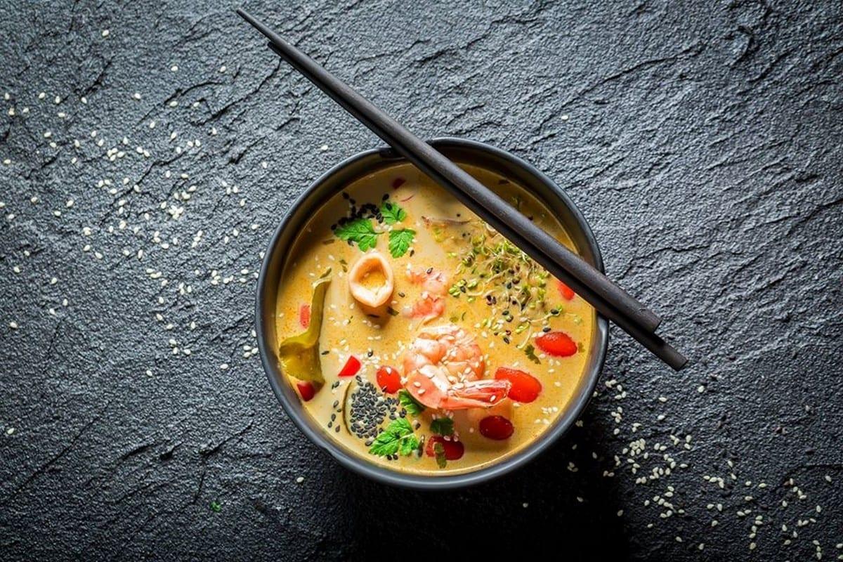 zuppa agro piccante, con gamberi, doufu, funghi shiitake, uova, germogli di bambù, peperoncino e cipollotto Lin ristoranti cinesi Roma