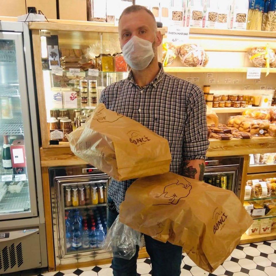 Gabriele Bonci con il cibo da donare allo Spallanzani