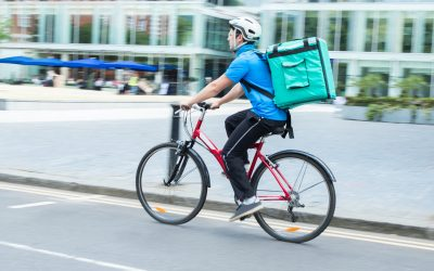 Un rider in bici per il food delivery