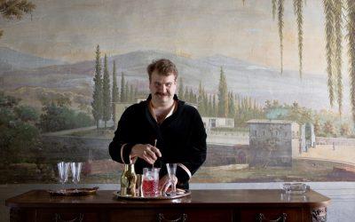Julian Biondi prepara un drink
