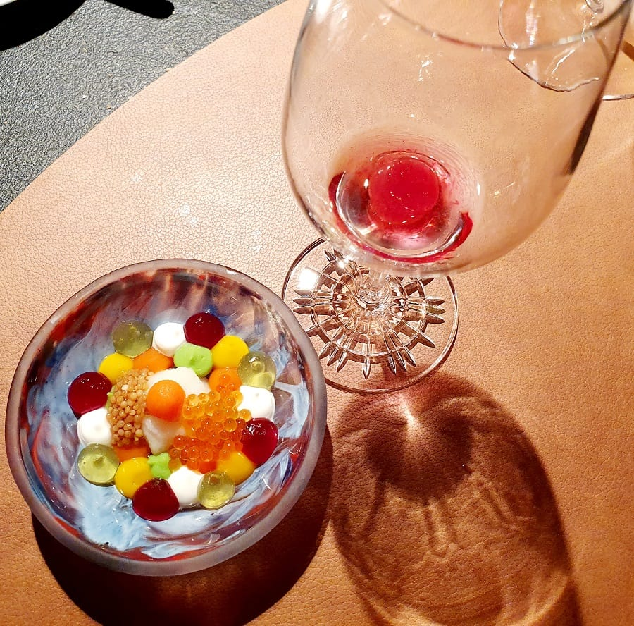 L'insalata russa di Max Poggi e un bicchiere di vino rosso