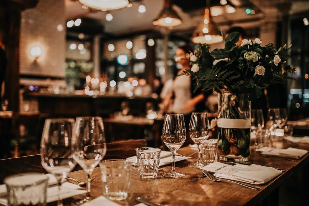 Un tavolo apparecchiato al ristorante