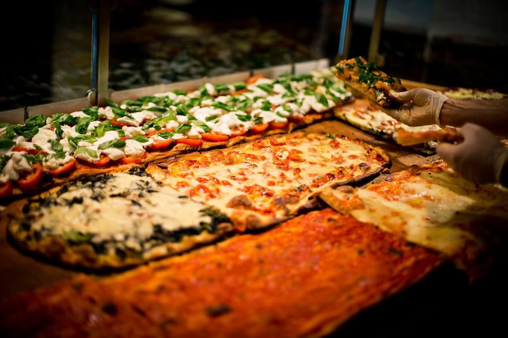 Il banco di un forno romano con la pizza a taglio