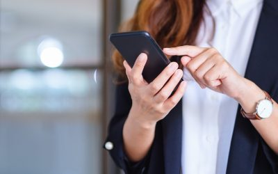 Una ragazza intenta a usare lo smartphone
