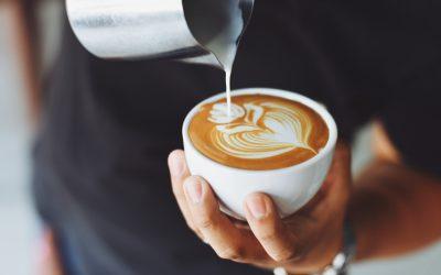 Preparazione di un cappuccino al bar