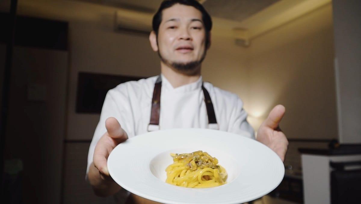 Un piatto di carbonara presentato da Kotaro Noda