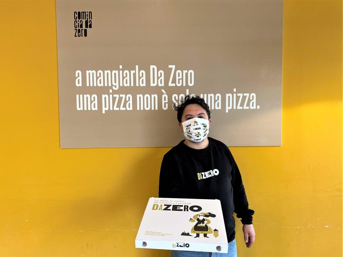 Food delivery con cartone di pizza DaZero