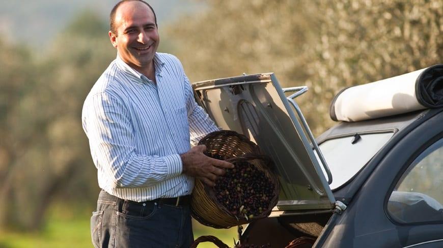 Americo Quattrociocchi con un cesto di olive