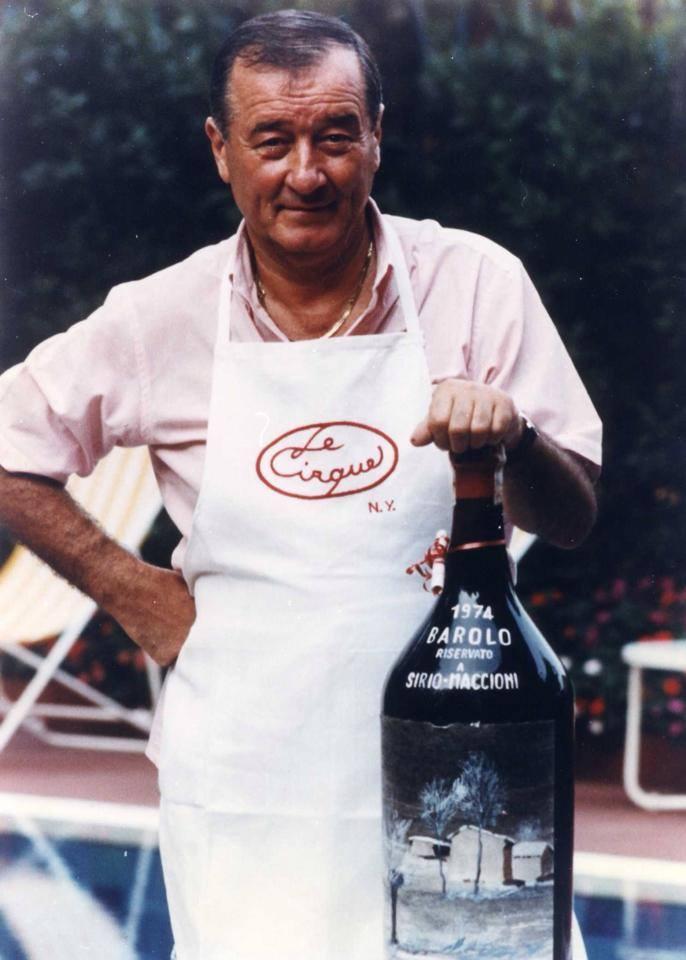 Sirio Maccioni con grembiule e magnum di vino