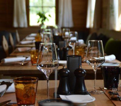 I tavoli apparecchiati di un ristorante