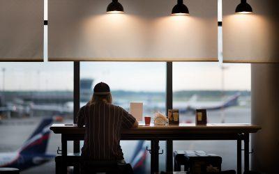 Un bar in aeroporto, con vista sulle piste