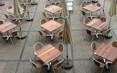 Tavoli di un ristorante all'aperto
