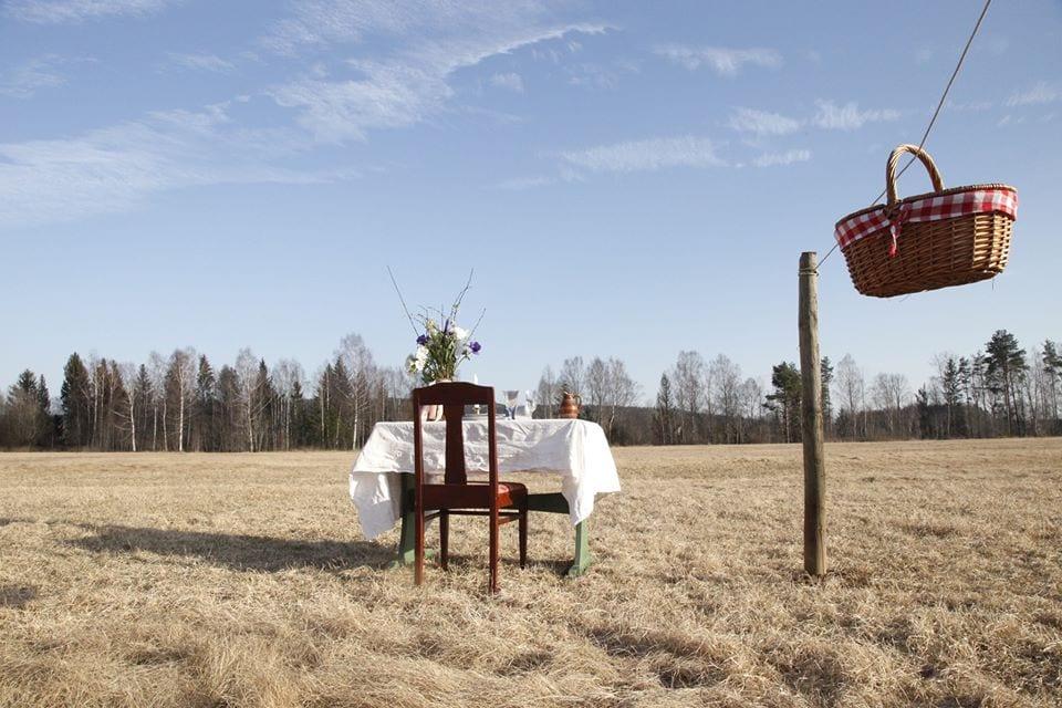 Un solo tavolo in mezzo alla campagna al ristorante Bord for en in Svezia