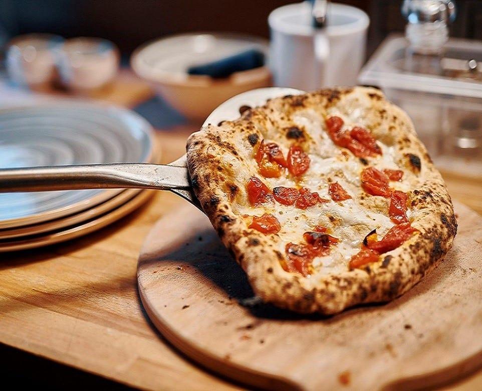 La pizza alla pala di Crosta, con pomodorini e mozzarella