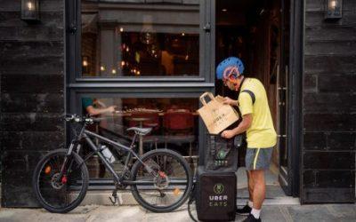 Rider di UberEats fuori da un locale a New York