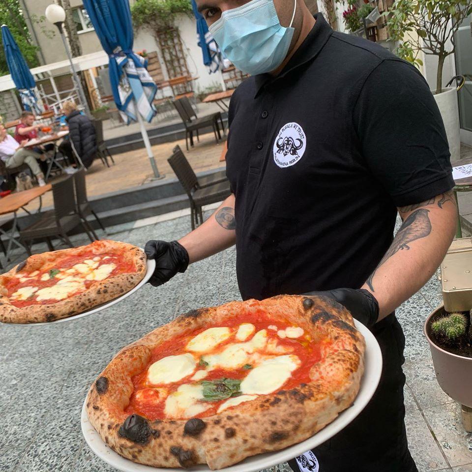 Pizze servite nel giardino di Malafemmena a Berlino
