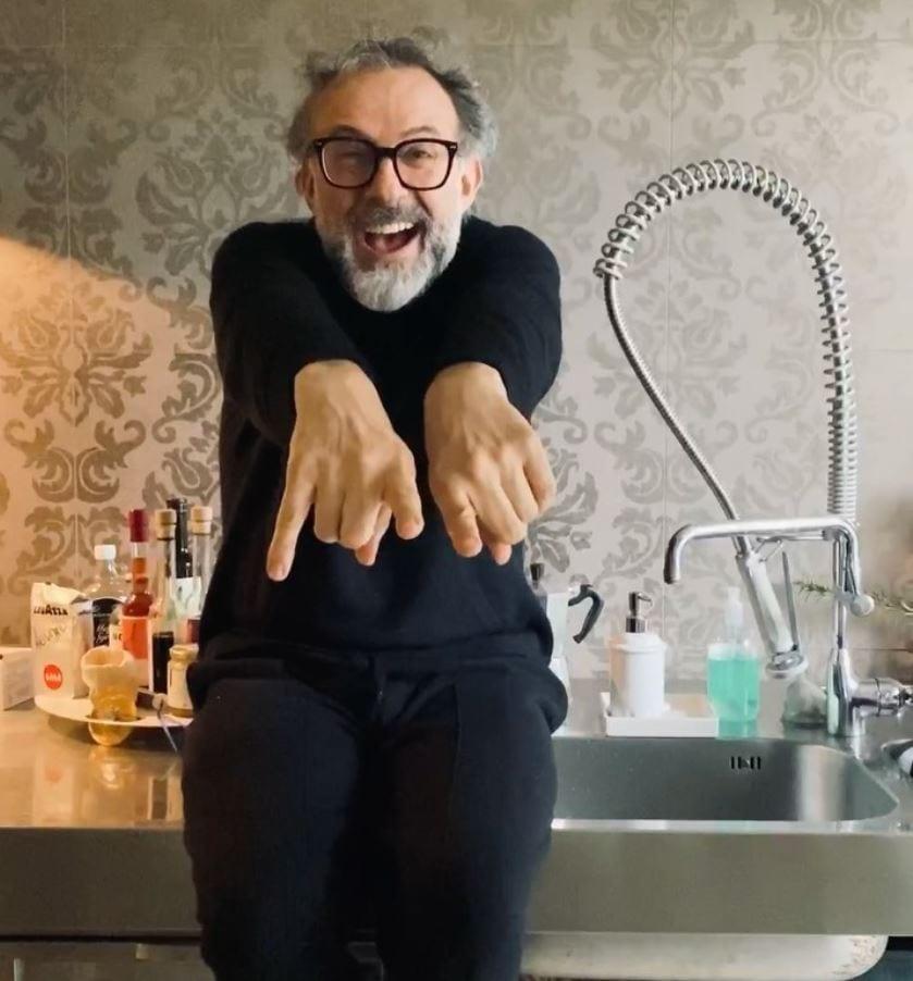 Massimo Bottura nella sua cucina di casa