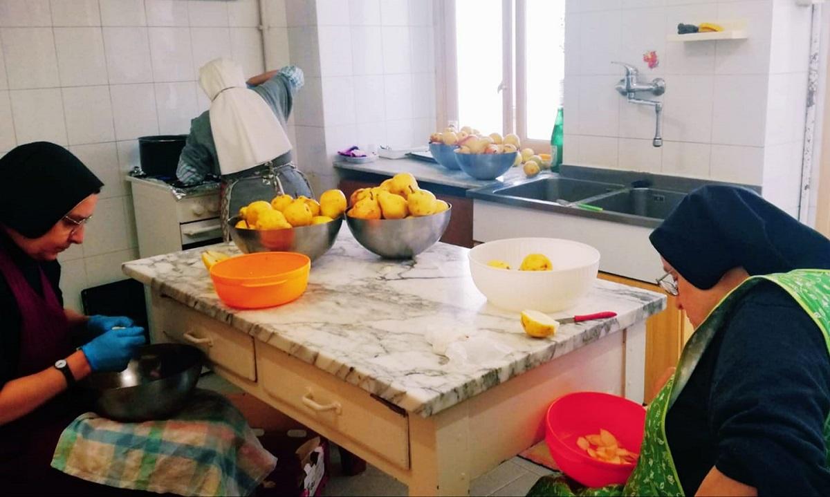 Suore al lavoro per preparare marmellate