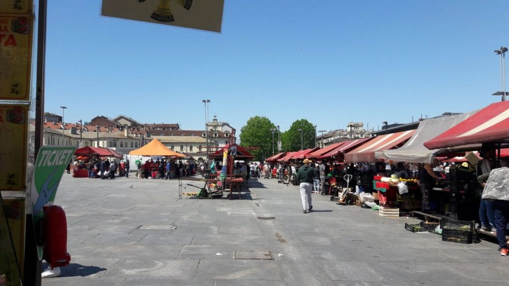 la piazza del mercato di Porta Palazzo a Torino