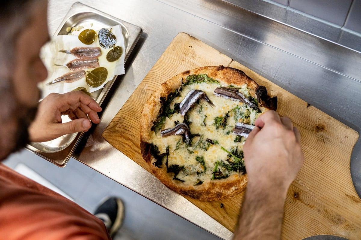 Preparazione di una pizza da RetroPizza
