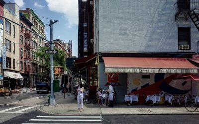I tavoli su strada di un ristorante all'incrocio tra due strade di New York