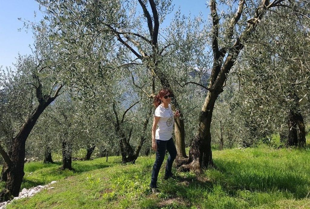 Simona Cognoli fra alberi di ulivo