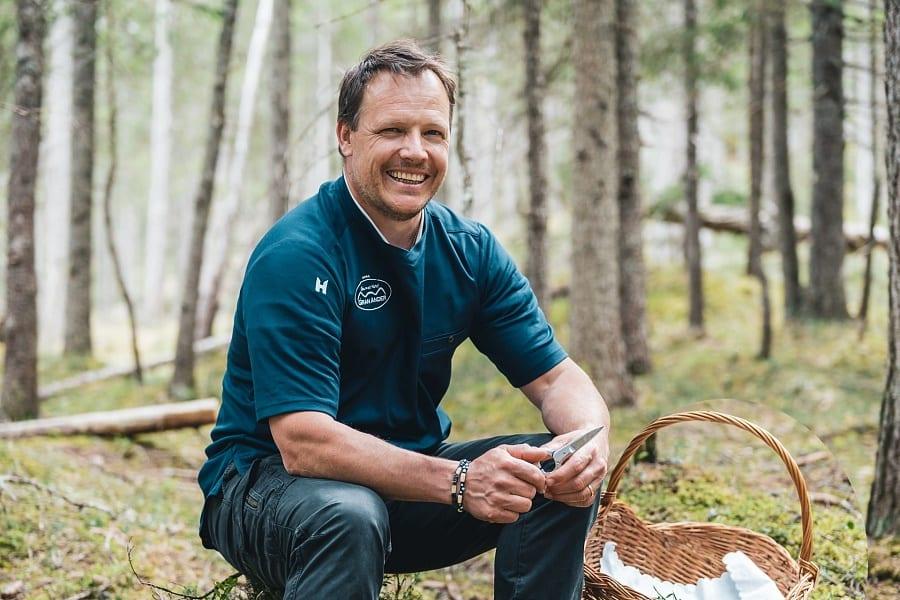 Uno chef ladino a caccia di erbe nel bosco