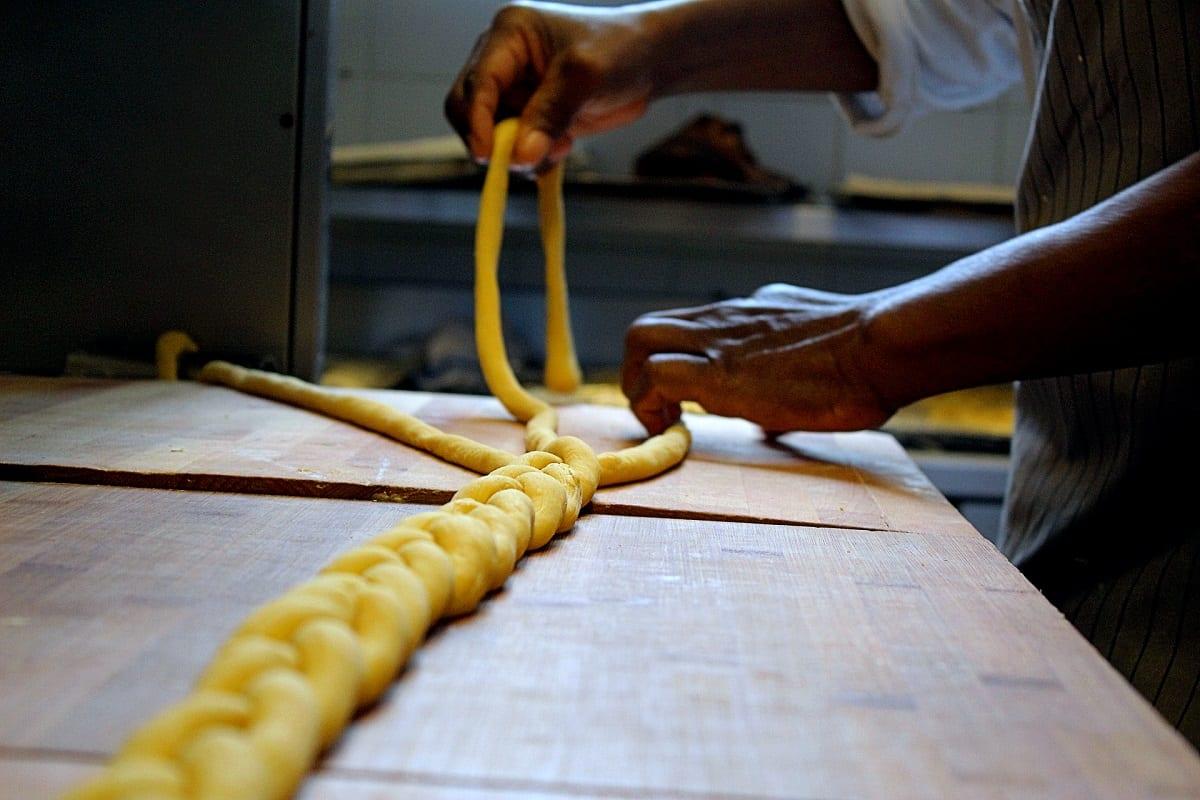 Preparazione di una challa alla bakery dei MagazziniOz