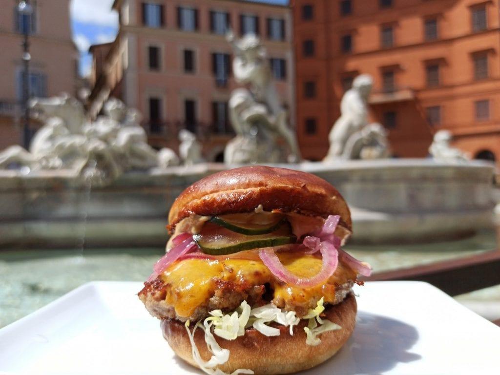 Un burger di Camillo con fontana di Bernini sullo sfondo