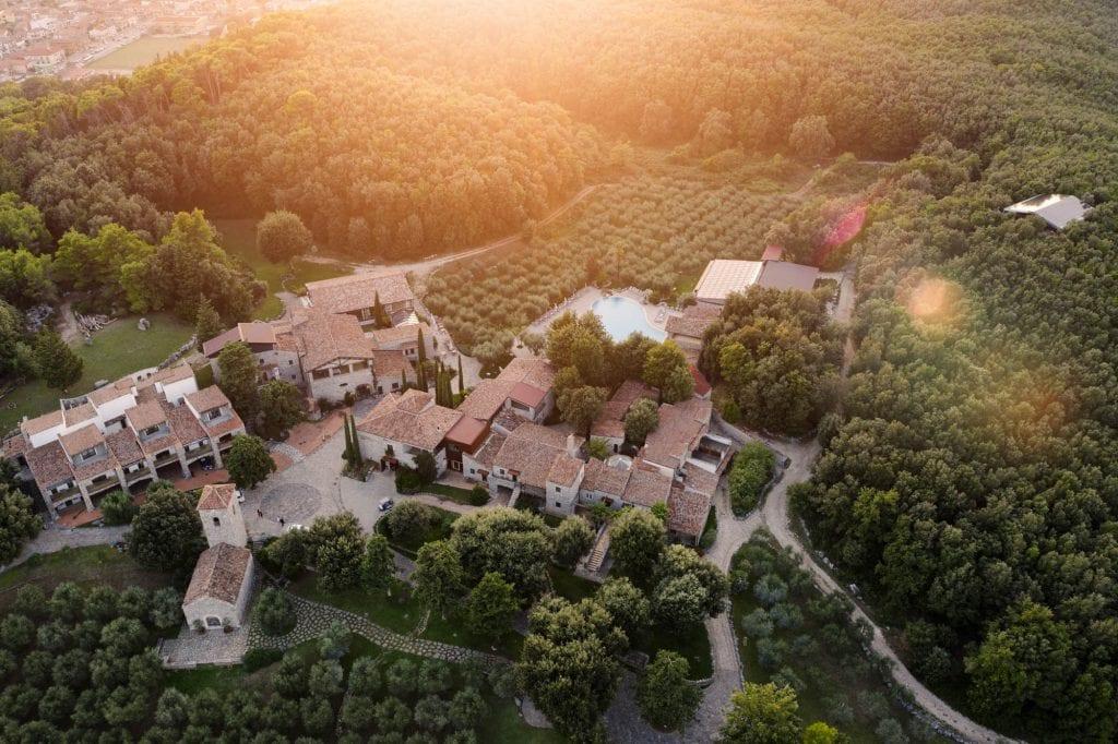 il borgo di Aquapetra resort dall'alto