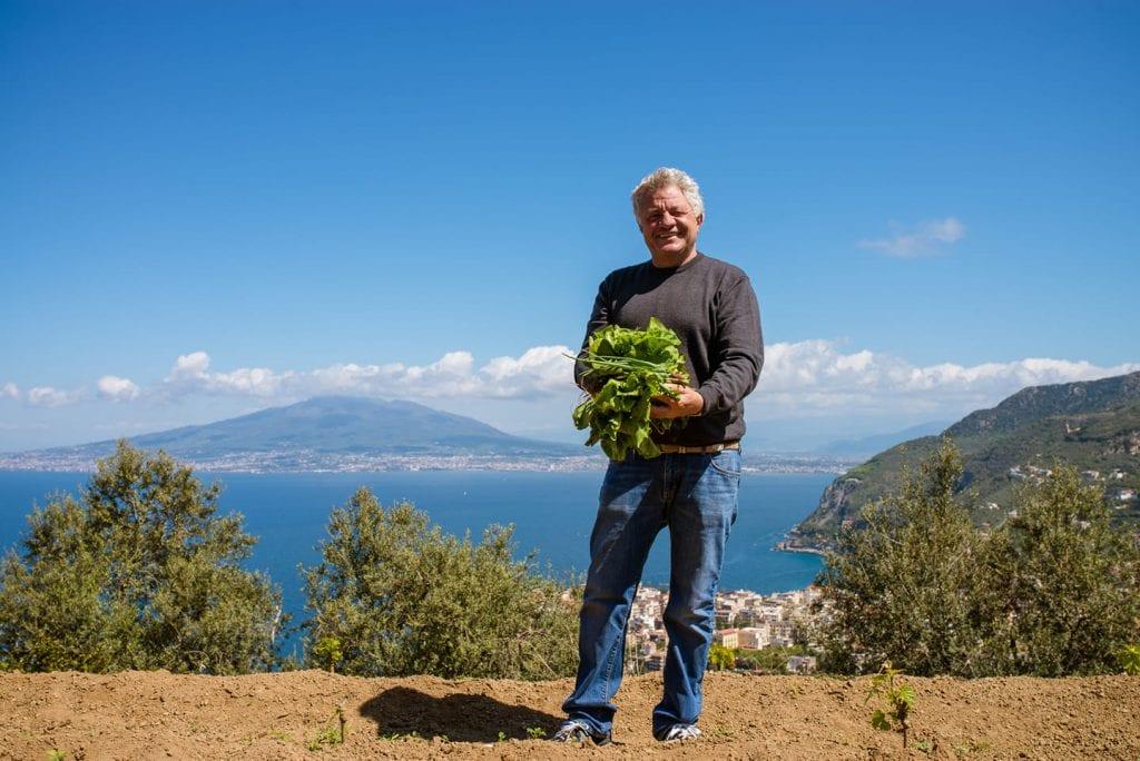 Peppe Guida con le verdure dell'orto