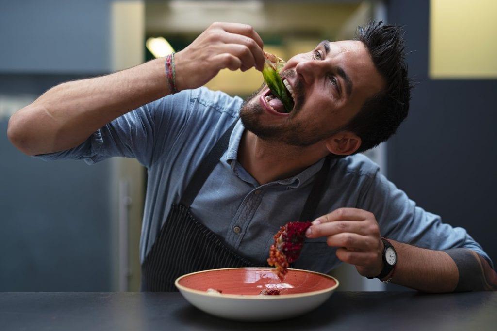 Simone Cipriani mangia un suo piatto