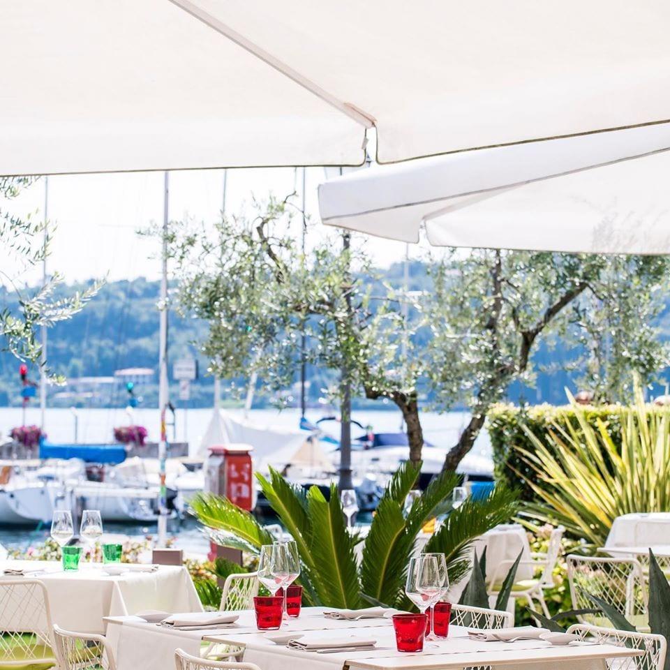 Tavoli all'aperto con vista lago del ristorante Qb Duepuntozero