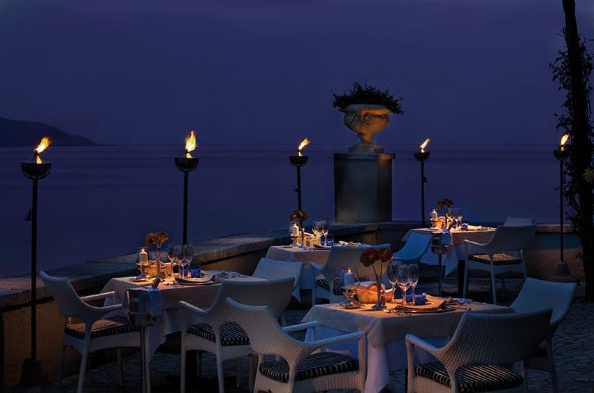la terrazza sul lago di Villa Giulia di sera