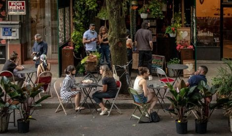 Tavoli su strada da Have & meyer a New York